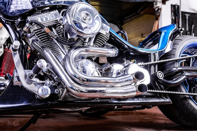 Detail op een moderne motorfiets in de workshope. motorfiets uitlaat.