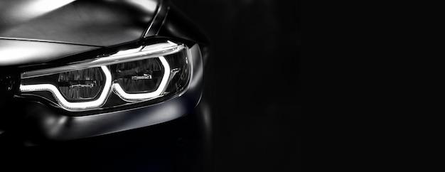 Detail op een van de led-koplampen moderne auto op zwarte achtergrond