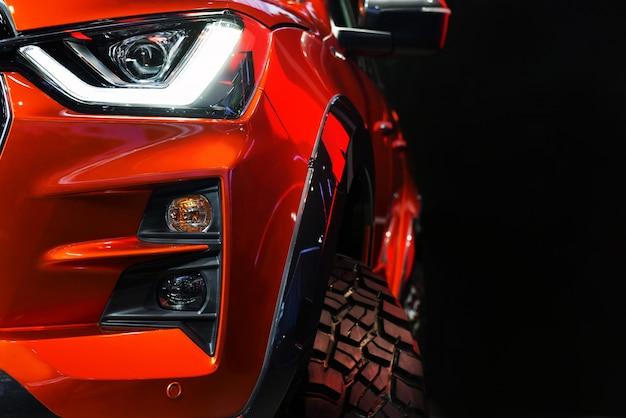 Detail op een van de led-koplampen rode pick-up