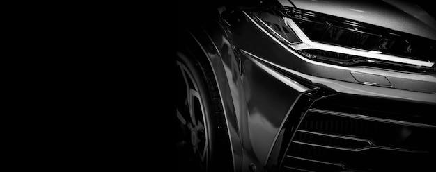 Detail op een van de superauto met led-koplampen op zwarte achtergrond, vrije ruimte aan de linkerkant voor tekst