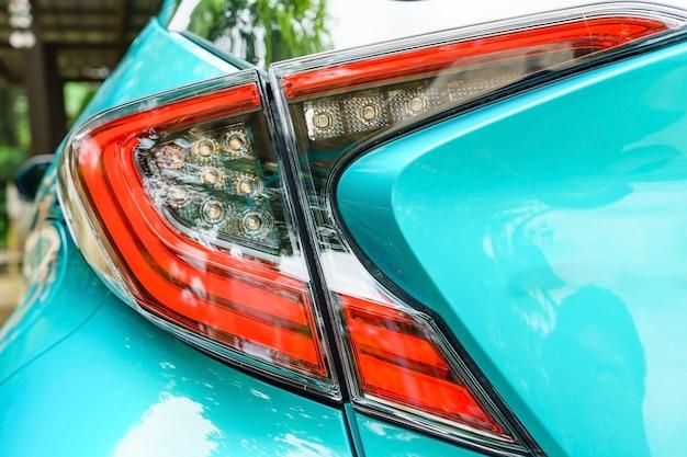 Detail op het achterlicht van een auto. nieuw led-achterlicht bij nacht.