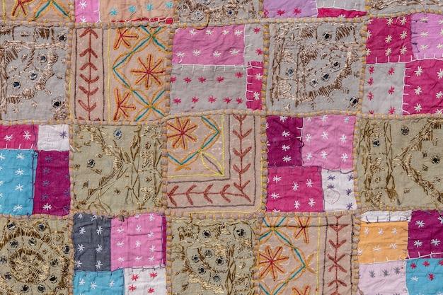 Detail oud kleurrijk lapwerktapijt in india. detailopname