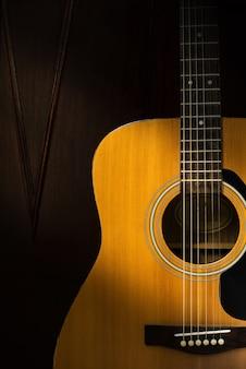 Detail van akoestische gitaar in donkere kamer met retro filter effect
