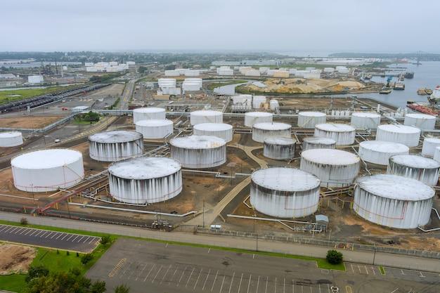 Detail van apparatuur oliepijpleiding staal met klep van grote olie-opslagtank