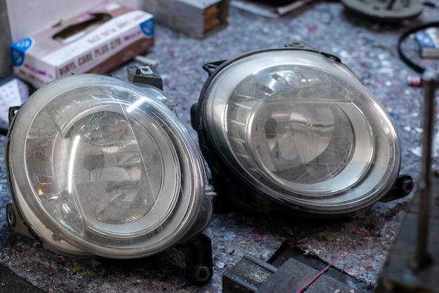 Detail van autolampen gebruikte reserveonderdelen in een werkplaatsbureau