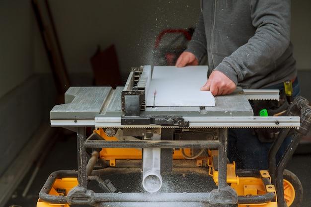 Detail van cirkelzaag scherp stuk hout