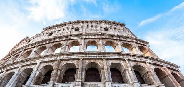 Detail van colosseum in rome (roma), italië. ook wel colosseum genoemd, dit is de beroemdste italiaanse bezienswaardigheid. spectaculaire blauwe lucht op de achtergrond.