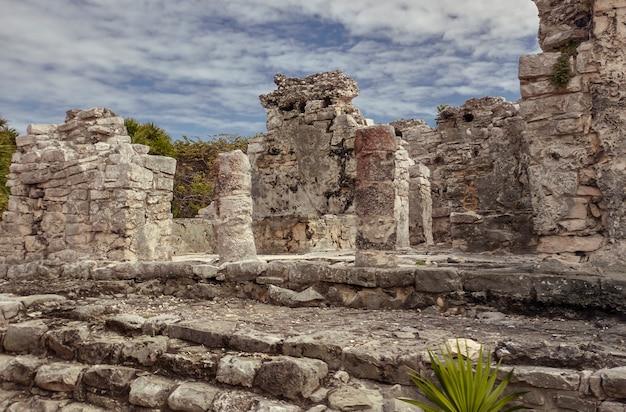 Detail van de architectuur van de maya-tempels die behoren tot de ruïnes van tulum in mexico