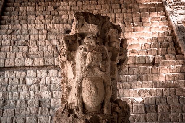 Detail van de belangrijkste figuur van de copan ruinas-tempels. honduras