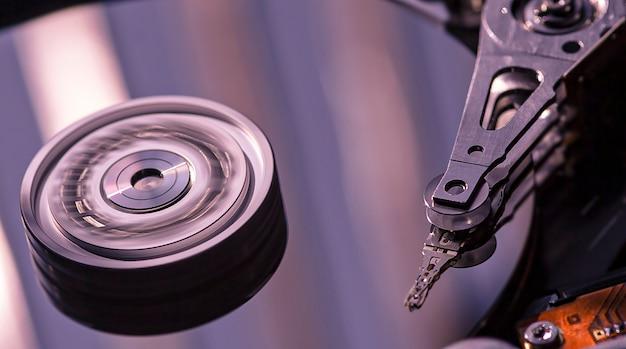Detail van de binnenkant van een harde schijf met de leeskop in werking