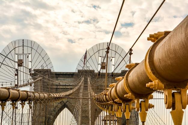 Detail van de brooklyn bridge in manhattan new york usa