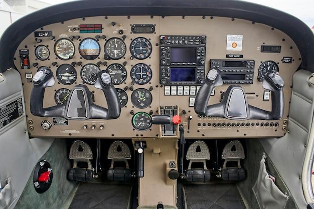 Detail van de cockpit van het oude vliegtuig