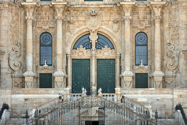 Detail van de deur van de voorgevel van de kathedraal van santiago de compostela.