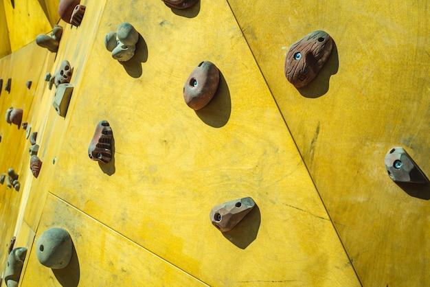 Detail van de muur van een openlucht beklimmende muur om het beklimmen te praktizeren