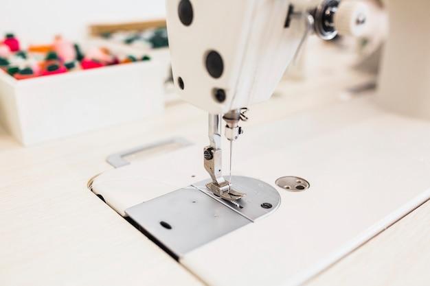 Detail van de naaimachine met naald