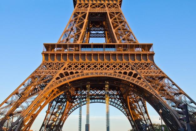 Detail van de pijlers van de eiffeltoren, parijs, frankrijk