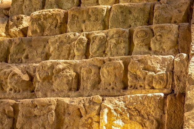 Detail van de tekeningen in de trappen van de beroemdste tempel in copan ruinas