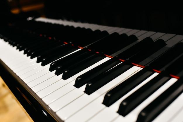 Detail van de toetsen van een piano.