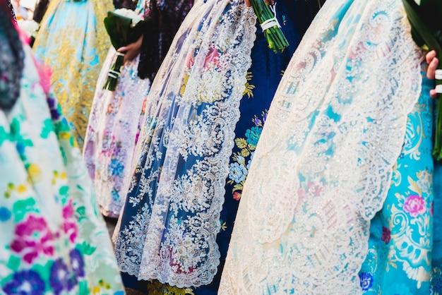 Detail van de typische fallero jurk met de hand gemaakte geborduurde jurken voor de falleras.