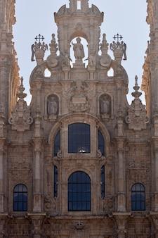 Detail van de voorgevel van de kathedraal van santiago de compostela.