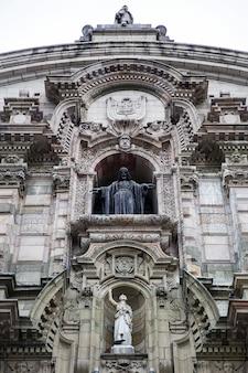 Detail van de voorgevel van de kathedraalbasiliek van lima in lima, peru
