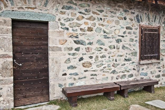 Detail van een berghut in italië, dichtbij dolomiti-gebied - noord-italië