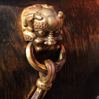 Detail van een decoratieve urn bij de verboden stad, peking, china