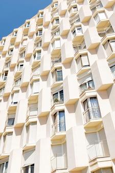 Detail van een flatgebouw met onregelmatige vormen