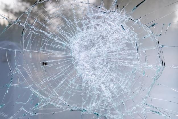 Detail van een gebroken glas van een raam.