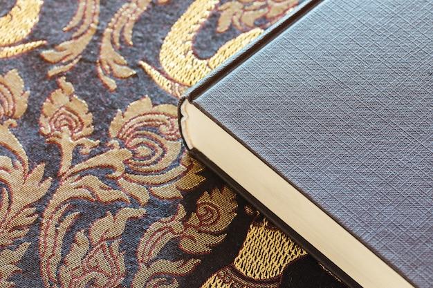 Detail van een gesloten boek