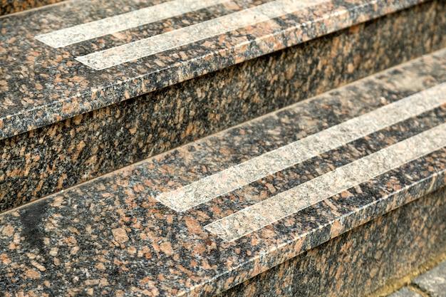 Detail van een gevel. nieuwe granieten trap.