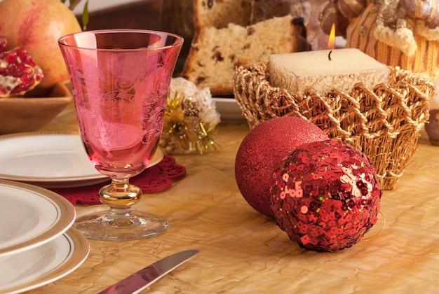 Detail van een glas murano in een kersttafel