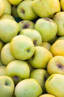 Detail van een groep groene boomgaardappelen in een straatmarkt