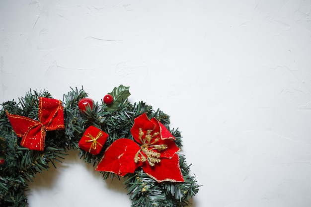 Detail van een kerstmiskroon op een witte geweven achtergrond, exemplaarruimte