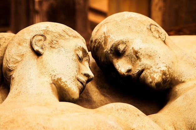 Detail van een meer dan 100 jaar oud graf gewijd aan een getrouwd stel