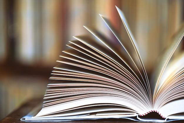 Detail van een open boek in de bibliotheek