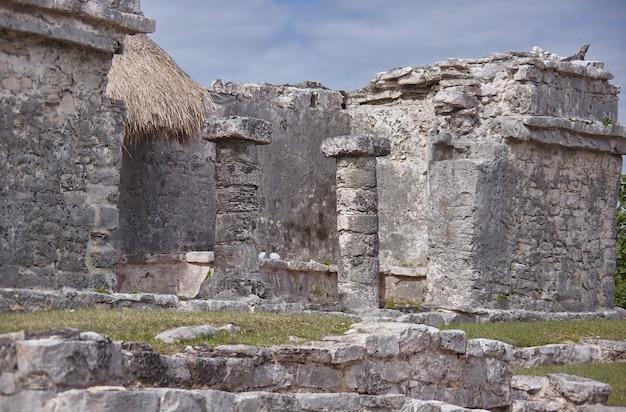 Detail van een paar kolommen van een gebouw dat behoort tot de maya-ruïnes van tulum in mexico.