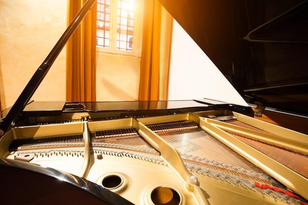 Detail van een piano in een concertzaal