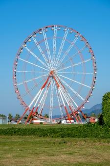 Detail van een reuzenrad over blauwe hemel