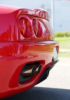 Detail van een rode sportwagen