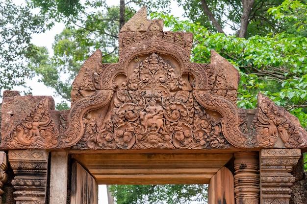 Detail van een van de meerdere reliëfs van de tempel van banteay srei. angkor. cambodja