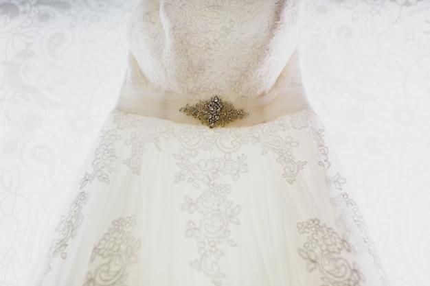 Detail van een zeer elegante en exclusieve trouwjurk.