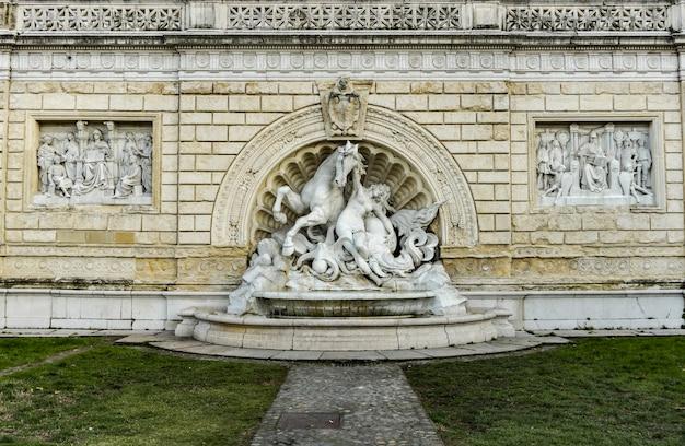 Detail van fontein van nimf en seahorse-herberg bologna, italië. standbeeld is gemaakt door diego sarti in 1896.