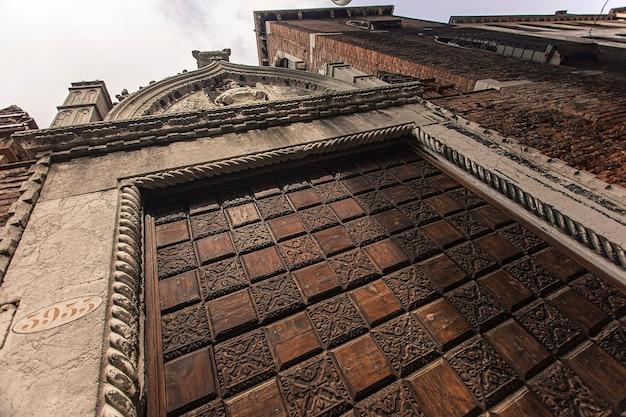 Detail van gebouw met raam en details en architectuur in venetië in italië