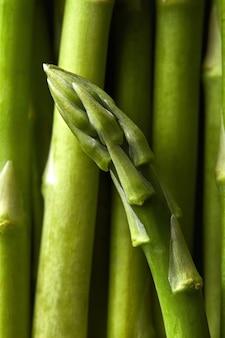 Detail van groene asperges officinalis groenten. voedsel achtergrond. plat leggen