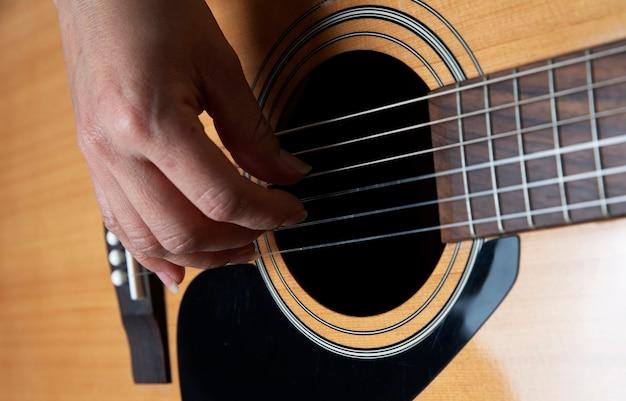 Detail van handen die gitaar spelen
