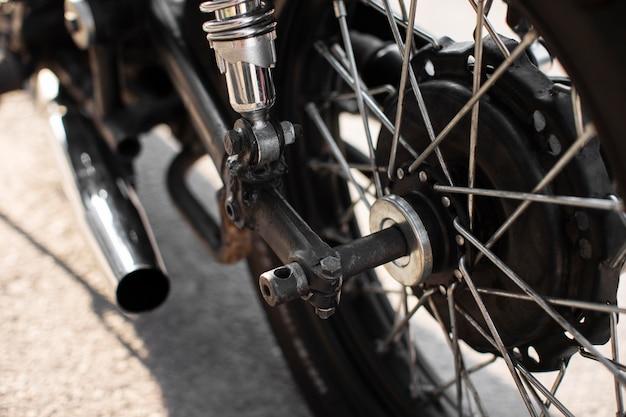 Detail van het achterwiel van de close-up het oude motorfiets
