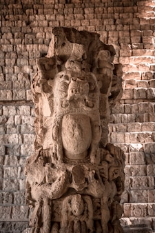 Detail van het gezicht van de belangrijkste figuur van de copan ruinas-tempels. honduras