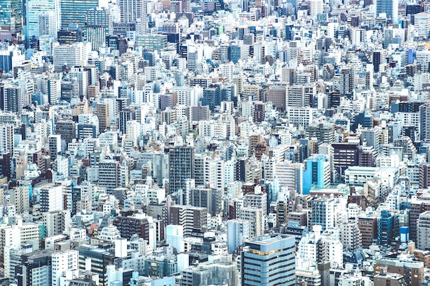 Detail van het gezoem dicht omhoog van de stadshorizon van tokyo van hierboven bij blauw uur
