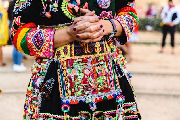 Detail van het kleurrijke borduurwerk van een typisch kostuum uit de andes-folklore van bolivia om de tinku te dansen.